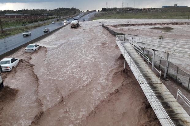 ورود سیلاب به کارخانجات جاده اراک