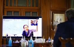 ایران با ویروس کرونا و تحریم مبارزه میکند