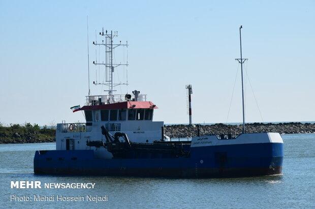 السفن الايرانية تطلق ابواقها بالخليج الفارسي لتكريم للكوادر الطبية/فیدیو