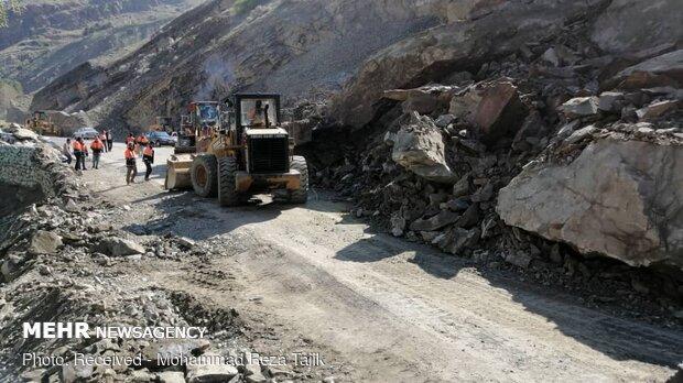 Landslide blocking Karaj-Chalus road