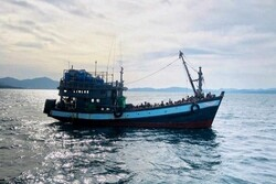 Denizde mahsur kalan 382 Arakanlı Müslüman sığınmacı kurtarıldı