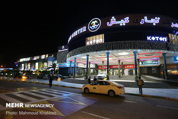 İran'da AVM'ler yeniden açıldı