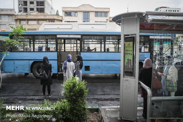 رعایت فاصله اجتماعی در ایستگاه های اتوبوس و وسایل حمل و نقل عمومی نقش مهمی در جلوگیری از انتشار ویروس کرونا دارد
