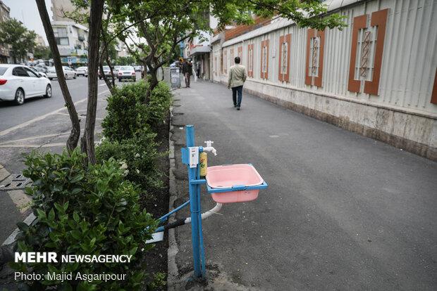 در بسیاری از نقاط شهر شیرهای آب برای شستشو و ضدعفونی کردن دست ها قرار دارد