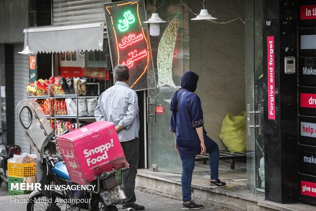 رعایت فاصله اجتماعی در صف های خرید نان نقش مهمی در جلوگیری از انتشار ویروس کرونا دارد