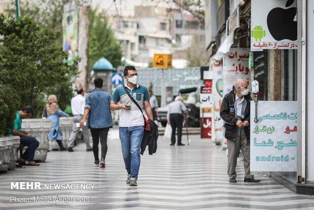 افراد مسن از اقشار آسیب پذیر از ویروس کرونا به شمار می آیند. استفاده از ماسک و عدم تردد در اماکن شلوغ از مهم ترین مسائلی است که این افراد باید خود را ملزم به رعایت آن کنند.