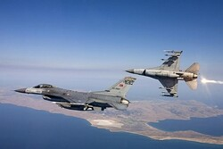 ۲ جنگنده ترکیه به بالگرد حامل وزیر دفاع یونان نزدیک شدند