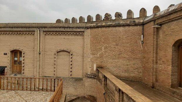 زلزلہ کے نتیجے میں فلک الافلاک قلعہ میں گہری دراڑیں پڑ گئيں