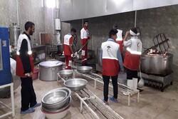 هزار و ۳۰۰ پرس غذای گرم در روستاهای حاجی آباد توزیع شد