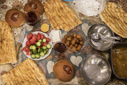روزه داران از پر خوری در افطار و سحر بپرهیزند/ توصیههای غذایی ماه رمضان