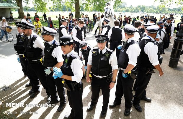 İngiltere'de korona kısıtlamaları protesto edildi