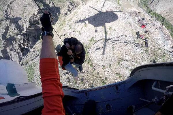 تلاش ۱۶ ساعته نیروهای امدادی برای نجات مصدومان حادثه کویر ریگ جن