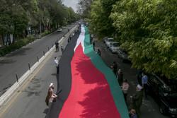 People of Tabriz carry 200-meter Palestine flag on Quds Day