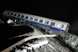 قطار يخرج من السكة بالقرب من محطة في محافظة طهران /فيديو