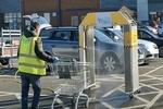 ماشینی که سبدهای خرید را ضدعفونی می کند