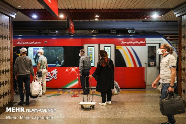 رعایت فاصله گذاری اجتماعی در مترو و صبر بیشتر در هنگام سوار و پیاده شدن به قطار راهکار بسیار مهمی در جلوگیری از شیوع کرونا است