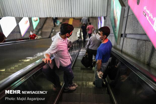 رعایت فاصله اجتماعی در پله های ایستگاه های مترو راهکار بسیار مهمی در جلوگیری از شیوع کرونا است
