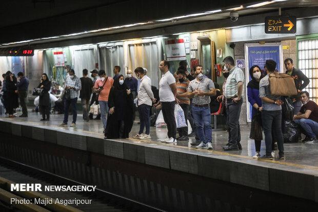 رعایت فاصله گذاری اجتماعی در ایستگاه ها و واگن های مترو و همچنین استفاده از ماسک راهکار بسیار مهمی در جلوگیری از شیوع کرونا است