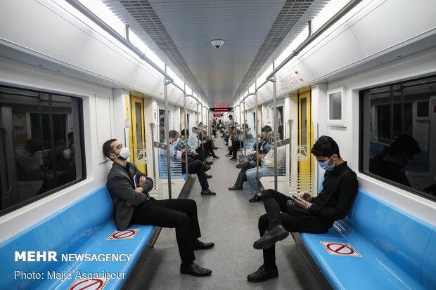مترو تهران با علامت گذاری بر روی صندلی های قطار، سعی بر آن دارد تا نکات فاصله گذاری اجتماعی را برای شهروندان مشخص کند