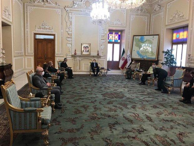 کبار قادة القوات المسلحة الایرانیة یلتقون رئیس مجلس الشوری الاسلامی