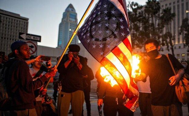 چرا سیاه پوستان پرچم آمریکا را به آتش میکشند؟
