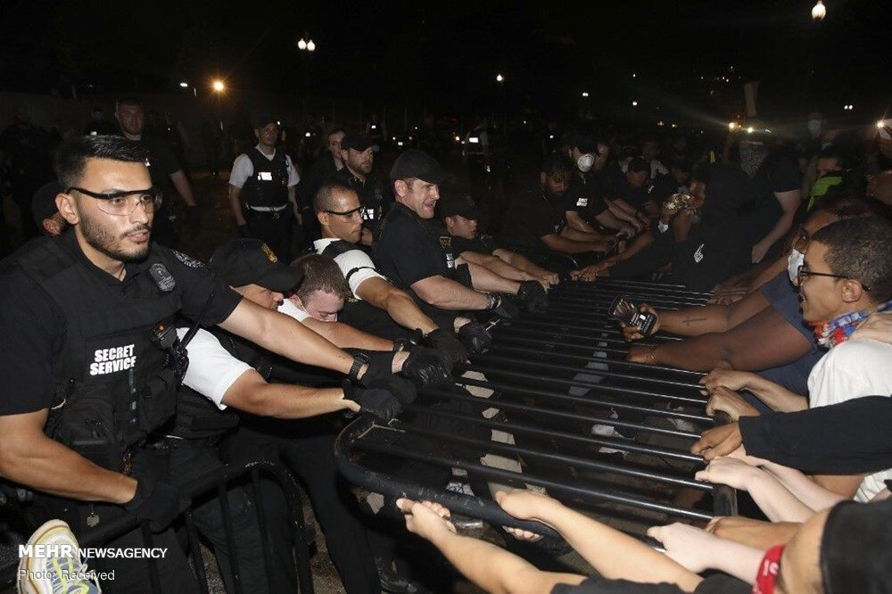 US police force turn to violence against protesters