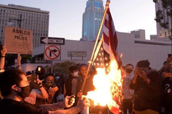 امریکی شہریوں نے امریکی پرچم کو نذر ئتش کردیا