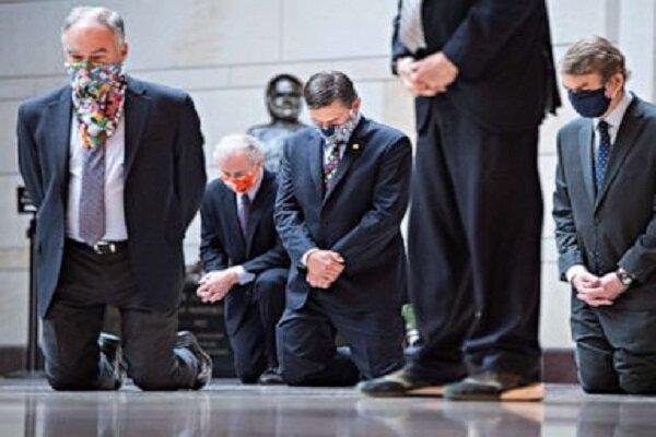 زانو زدن ۸ دقیقه ای سناتورهای دموکرات در گرامیداشت سیاهپوستان
