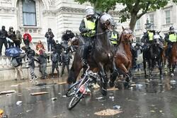 لندن میں پولیس کا مظاہرین پر بہیمانہ تشدد