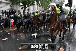 لندن میں پولیس کا مظاہرین پر وحشیانہ تشدد