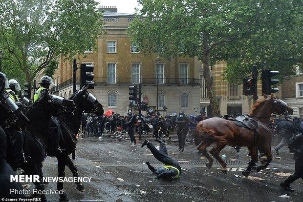 حمله وحشیانه پلیس اسبسوار لندن به تجمع مردم
