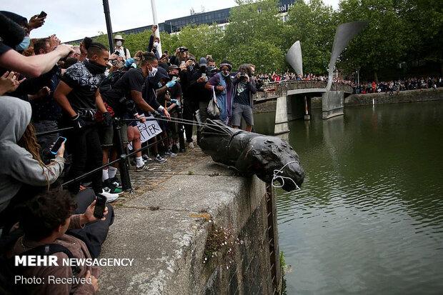 İngiltere'deki eylemlerde köle tüccarının heykeli nehre atıldı