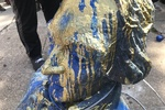معترضان آمریکایی تندیس تاجر معروف برده را به رودخانه انداختند