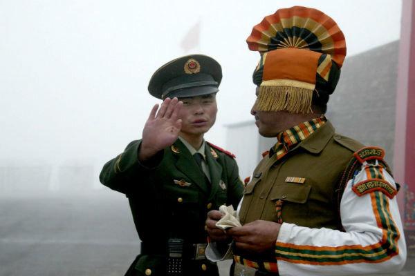 لداخ کی سرحد پر چین اور بھارت کے درمیان کشیدگي /کرنل سمیت  3 بھارتی فوجی ہلاک