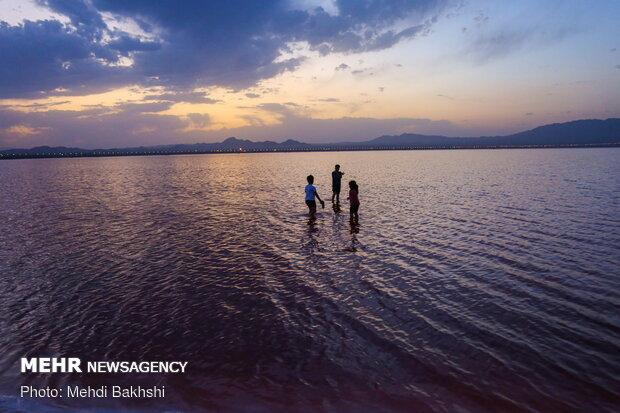 سرخ شدن دریاچه نمک قم برای اولین بار
