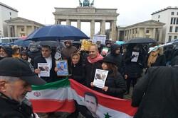 """سوريون يتظاهرون أمام السفارة الأمريكية في """"برلين"""""""