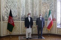 ظريف وأتمر يشددان على ضرورة تنمية العلاقات بين طهران وكابول