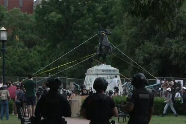 """إسقاط تمثال الرئيس الأمريكى السابق """"أندرو جاكسون"""" في البيت الأبيض"""