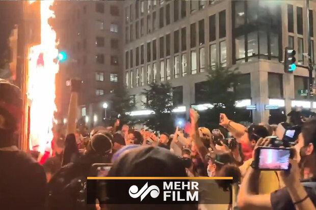 امریکہ میں مظاہرین نے وائٹ ہاؤس کے سامنے امریکی پرچم کو آگ لگآ دی