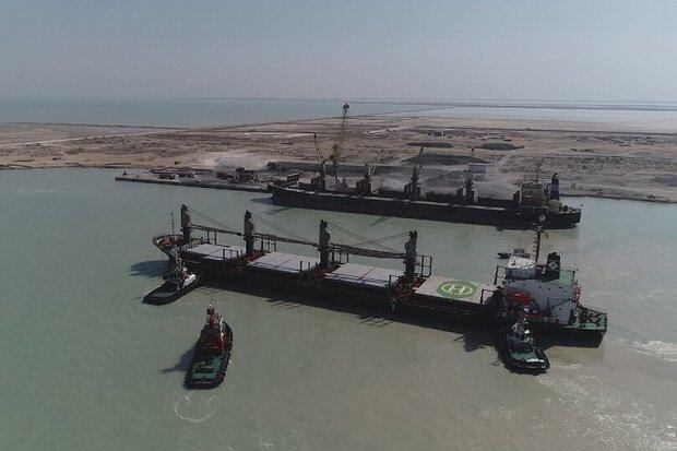 اولین کشتی حامل خاک فسفات به کشور وارد شد