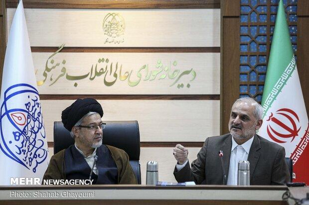 محسن حاجی میرزایی وزیر آموزش و پرورش درجلسه شورای تخصصی تحول ونوسازی نظام آموزشی کشور درحال گفت و گو است.