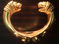 دستبند زرین دژباستانی زیویه به عنوان المان شهری استفاده می شود