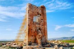 ادامه ساماندهی صفه بنای برج سنگی مجموعه میراث جهانی پاسارگاد
