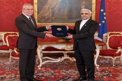 Iranian envoy submits credential to Austrian President