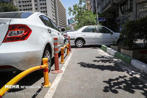 بسیاری از رانندگان وسایل نقلیه موتوری، مسیر دوچرخه را با پارک وسیله نقلیه خود مسدود میکنند