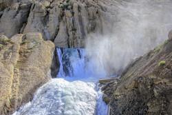 چشمہ کوہرنگ دو دریاؤں کارون اور زایندہ رود کا سرچشمہ ہے