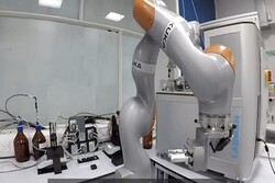 ربات خودروسازی تست های کرونا را بررسی می کند