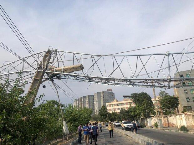 سقوط دکل مخابراتی در خیابان حکیمیه / حادثه مصدوم نداشت