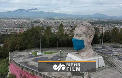 VIDEO: Ex-Mexican pres. bust in giant face mask