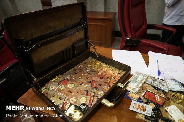 سکه های رشوه داده شده توسط امید اسد بیگی یه مدیران اسبق بانک ها در اولین جلسه دادگاه ویژه جرایم اقتصادی